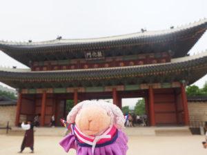 世界遺産の昌徳宮前