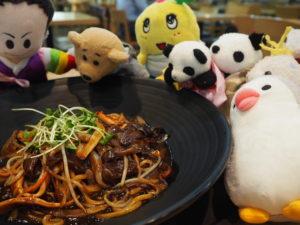 黒いジャージャー麺